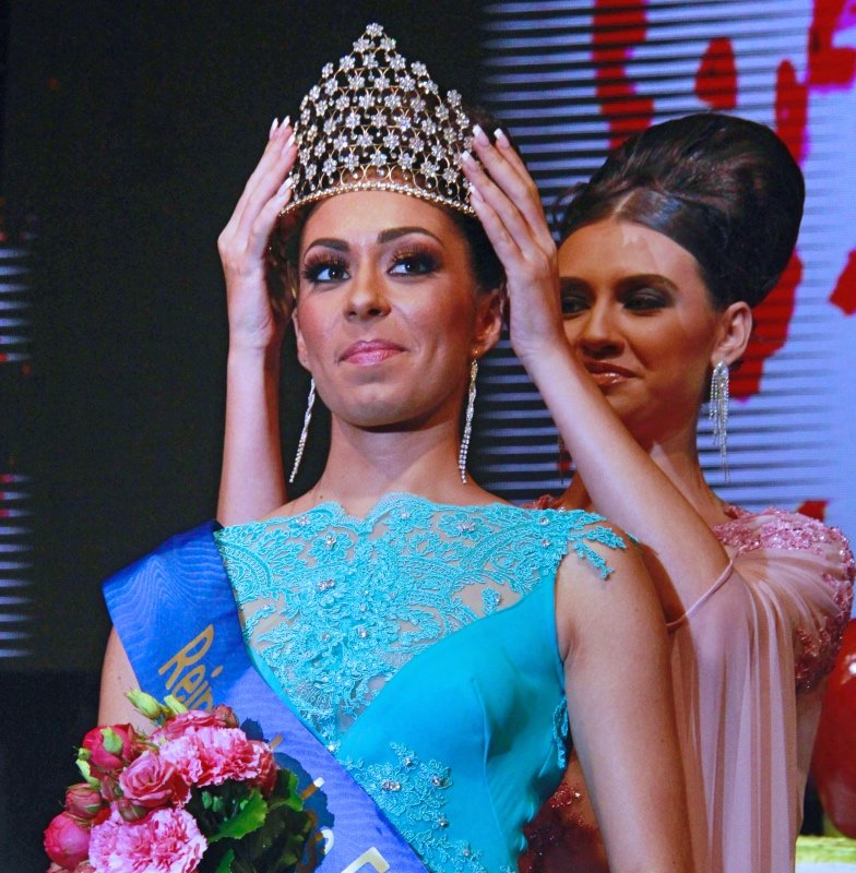 b97c6c1608 La nueva reina Claudia Jiménez es coronada por la reina saliente Ariadna  Fregel.