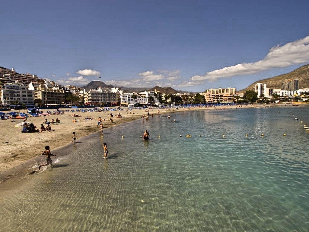 Arona abre la Playa de Los Cristianos tras los resultados que indican parámetros normales