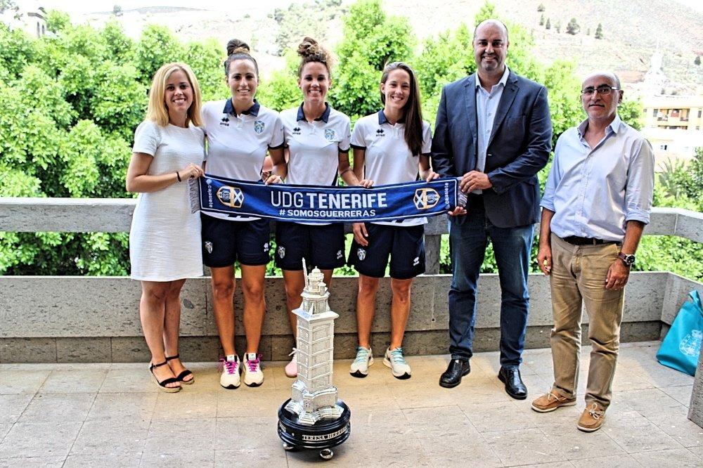 La UDG Tenerife Egatesa cede temporalmente el trofeo Teresa Herrera al Ayuntamiento de Granadilla de Abona