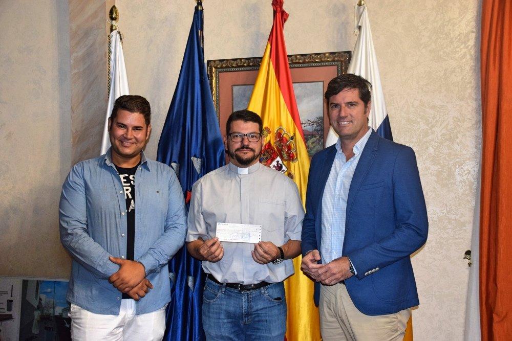 El Alcalde de Santiago del Teide entrega una subvención a la Parroquia San Fernando Rey
