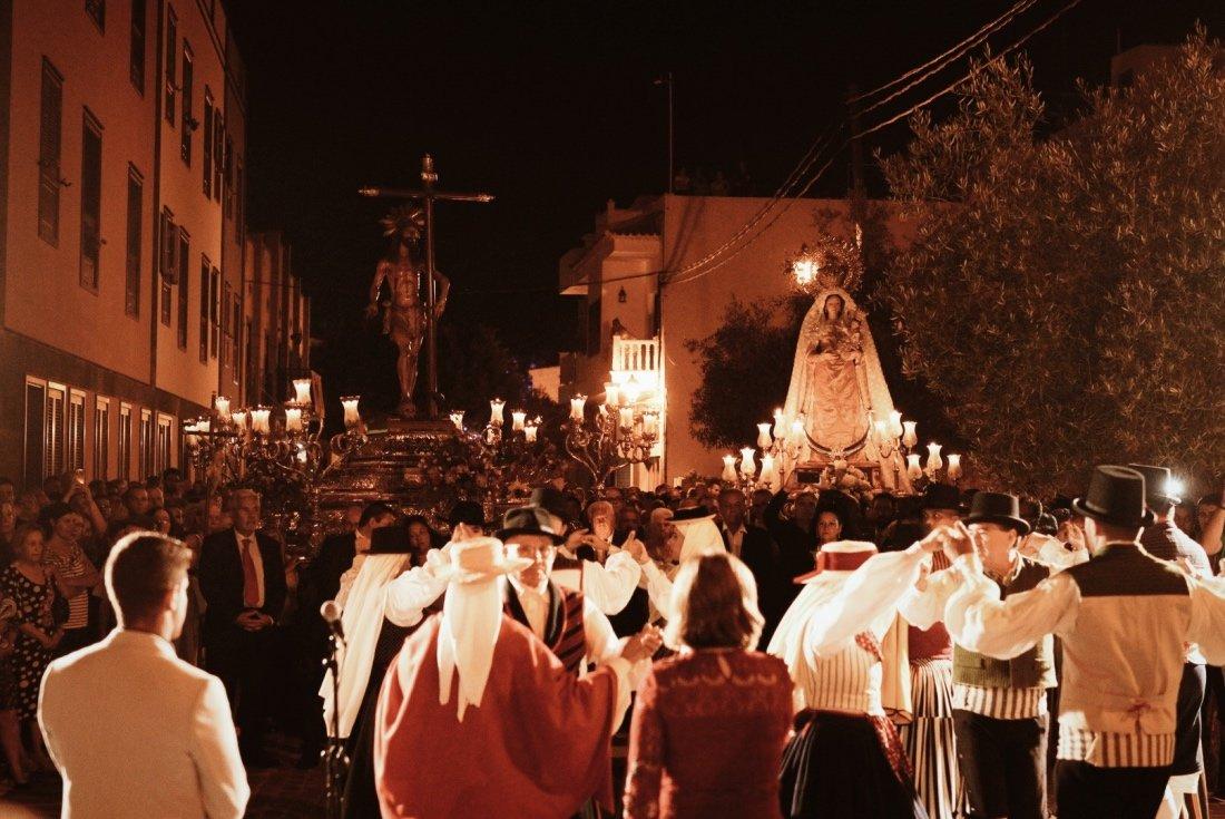 La plaza del Cristo de la Salud del casco de Arona ha sido escenario esta misma tarde de la misa solemne en honor al Santísimo Cristo de la Salud, Alcalde Perpetuo del municipio, y a Nuestra Señora la Virgen del Rosario dentro del marco de las Fiestas Mayores.