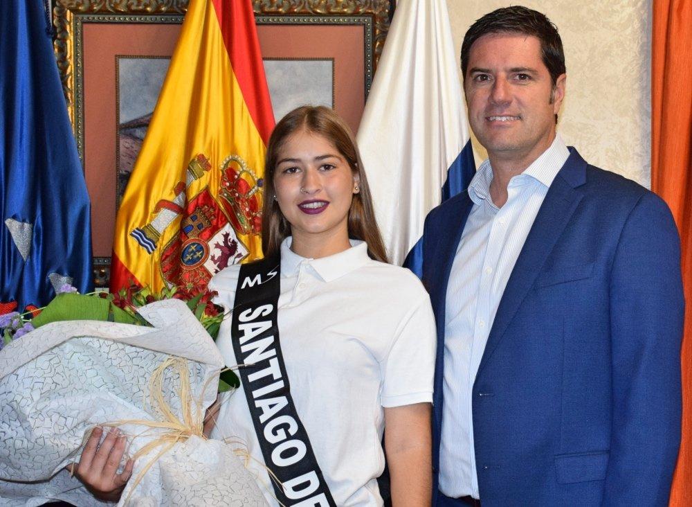 El Alcalde recibe a Jennifer Díaz, representante de Santiago del Teide en Miss Sur