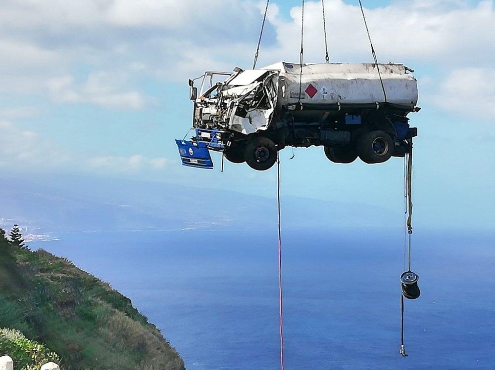El camión fue izado mediante una grúa de 124 metros