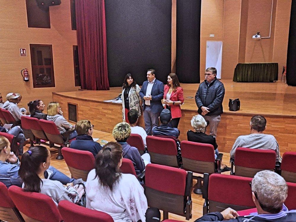 José Julián Mena, junto a la concejala de Promoción Económica del Ayuntamiento, Dácil León, han dado hoy en Cabo Blanco la bienvenida a la corporación a las 33 personas que participarán en una nueva edición del Programa de Promoción de la Formación y el Empleo