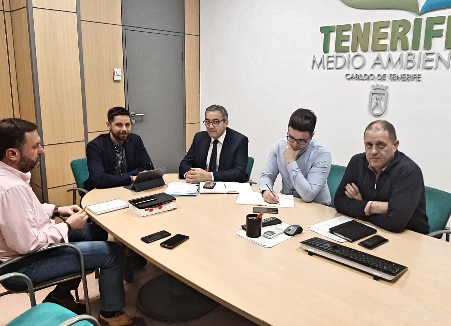 El consejero insular de Desarrollo Sostenible y Lucha contra el Cambio Climático del Cabildo de Tenerife, Javier Rodríguez, mantuvo un encuentro con el alcalde de esa localidad sureña, Sebastián Martín
