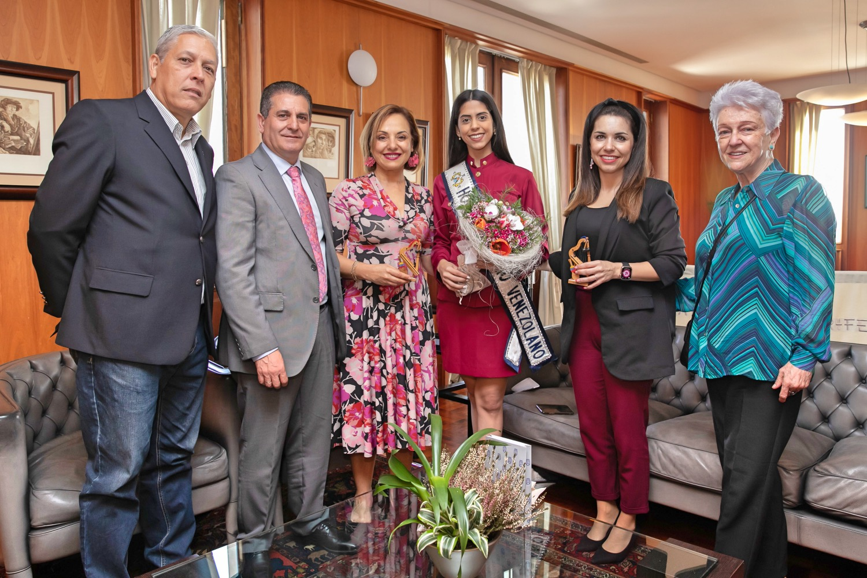 La Reina del Hogar Canario Venezolano visita el Cabildo de Tenerife