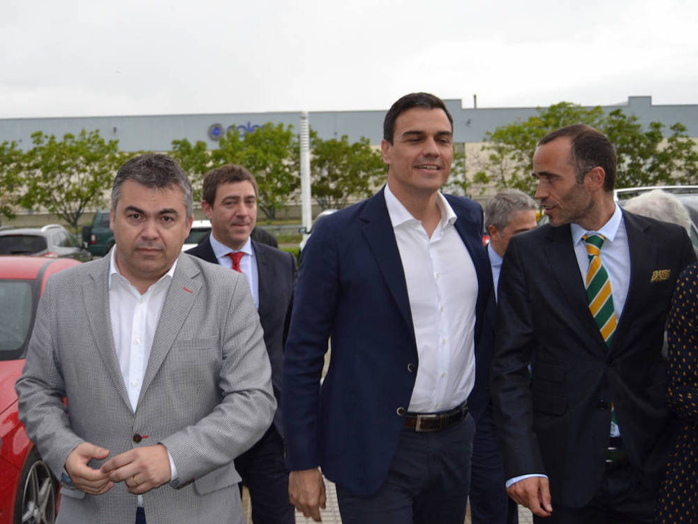 Santos Cerdán (en la izquierda de la imagen) ha sido designado para buscar soluciones a la crisis del gobierno socialista de Arona.